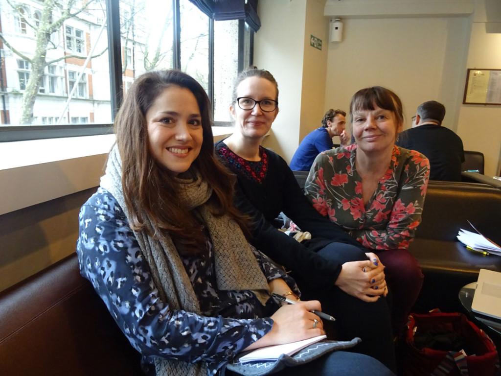 Kuvassa Amie Ferris, afganistanilaisia naistoimittajia kouluttavan Sahar Speaks -hankkeen äiti, Hannele Huhtala ja Kirsi Mattila.