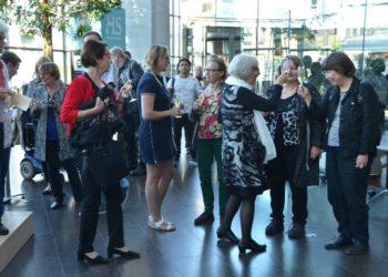 Juhlavieraat skoolaavat Sanomatalossa Naistoimittajien juhlapäivänä