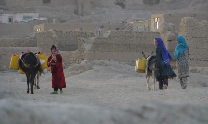 Tyttöjä ja aaseja kantamuksineen Bamyanissa, Afganistanissa.